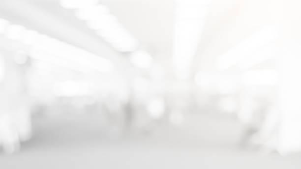 추상적 인 흐림 부드러운 초점 디자인을 위한 광택 빛을 가진 현대 청소 작업장 배경의 백색 색깔 실내 - 빗나간 포커스 뉴스 사진 이미지