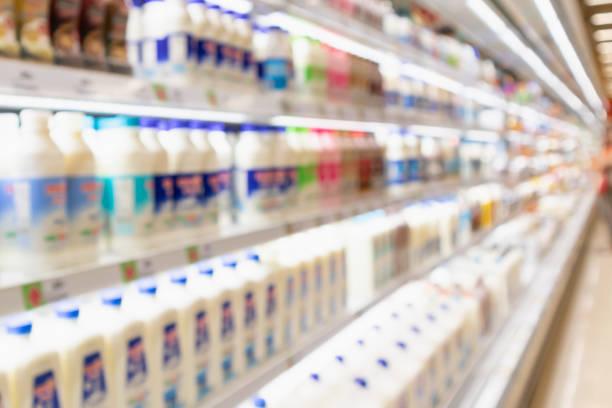 抽象模糊超市雜貨店冰箱貨架與新鮮的牛奶瓶和乳製品 - 奶類產品 個照片及圖片檔