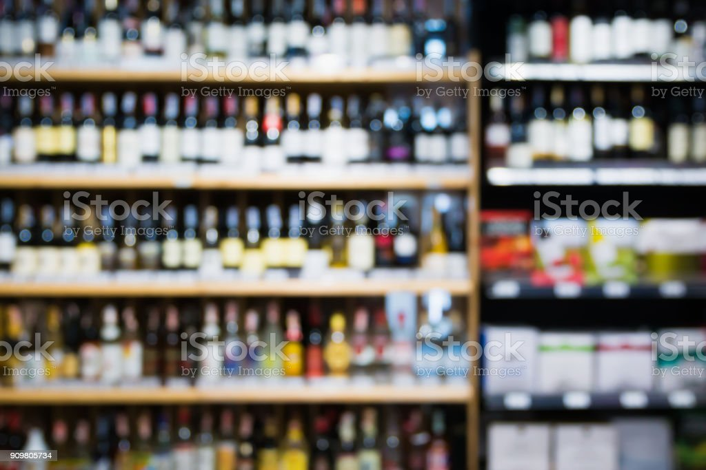 Abstract blur wine bottles on liquor alcohol shelves in supermarket background - fotografia de stock