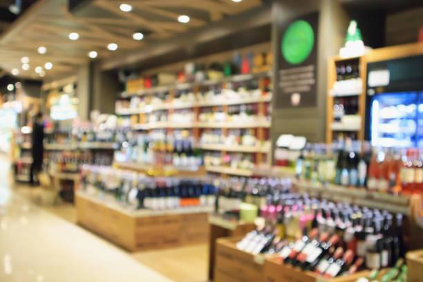 abstrakt oskärpa vinflaskor på sprit alkohol hyllor i snabbköpet eller vin butik bakgrund - dagligvaruhandel, hylla, bakgrund, blurred bildbanksfoton och bilder