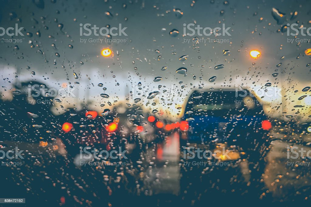 Abstracta fondo borroso del tráfico jam en lluvias - foto de stock