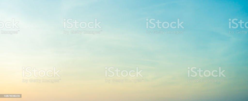 Resumen borroso azul y amarillo el color del fondo de cielo de amanecer con nubes altocúmulos para el concepto de elemento de diseño foto de stock libre de derechos