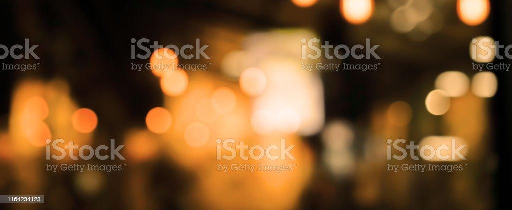 abstracta oscuridad borrosa de hermoso interior interior moderno restaurante club nocturno de fondo para el concepto de diseño - Foto de stock de Abstracto libre de derechos