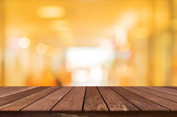 abstracto borroso interior del pasillo interior de fondo de restaurante de lujo para el concepto de diseño y la perspectiva de la mesa de mostrador de madera vintage fondo cuadrado para mostrar, promover, anunciar el producto en el concepto de montaje de  - sepia imagen virada fotografías e imágenes de stock
