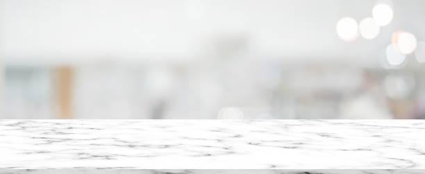 abstrait floue fond de salle de bain intérieur moderne avec motif marbre blanc table pour montrer, annonces, produit de conception sur le concept d'affichage - marble photos et images de collection