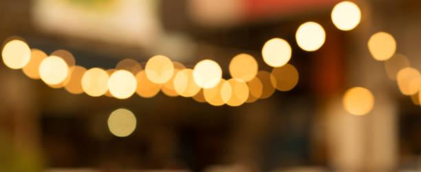 abstrakter, verschwommener nachtclub-hintergrund in schwacher, dunkler farbe - goldene bar stock-fotos und bilder