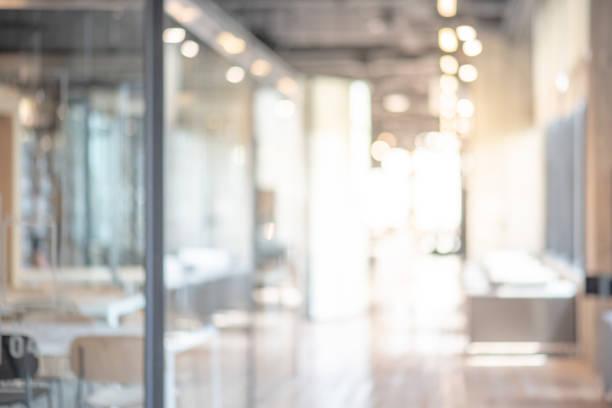 抽象的辦公室內部房間模糊。工作空間模糊, 彌散效果。在商業概念中使用背景或背景 - 無人 個照片及圖片檔