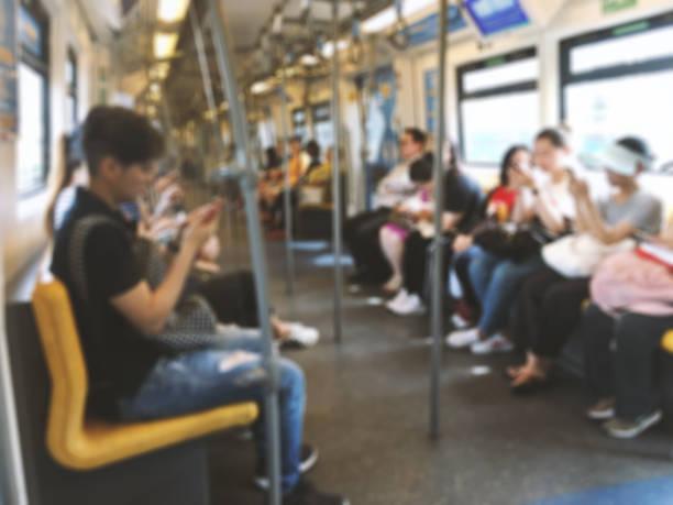 abstrakte verschwommene leute sitzen auf sky-train, öffentlichen verkehrsmitteln. - hochbahn passagierzug stock-fotos und bilder