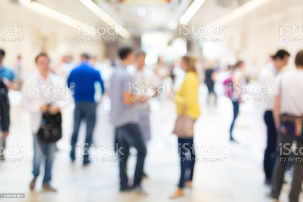 Abstract blurred people socializing during coffee break at business conference. - foto de stock