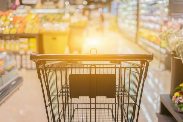 Abstrakte verschwommenes Foto von Wagen im Kaufhaus Bokeh Hintergrund, leeren Einkaufswagen im Supermarkt, Vintage Farbe – Foto