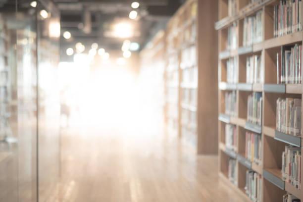 abstracto espacio interior de la biblioteca pública borrosa. espacio borroso con estanterías por efecto descentrado. uso para el fondo o el contexto en los conceptos de negocios o educativos - biblioteca fotografías e imágenes de stock