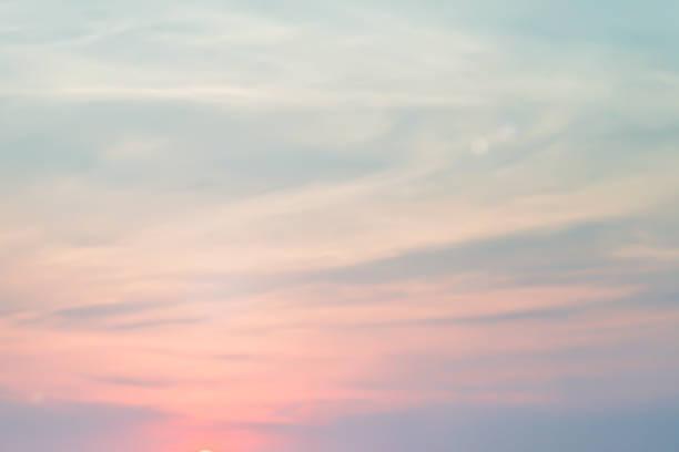 abstrakte verschwommene sonnenaufgang skyline hintergrund mit wolke am morgen für hintergrund-design-konzept - weichzeichner stock-fotos und bilder