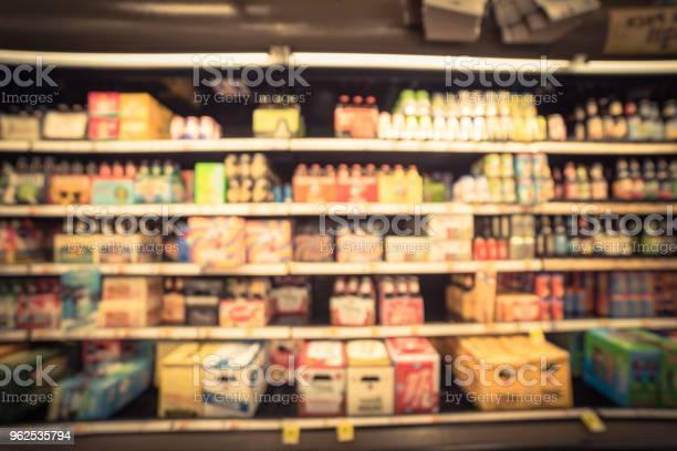 Foto de Resumo Turva Vários Tipos De Cerveja No Supermercado Nos Eua e mais fotos de stock de Ale