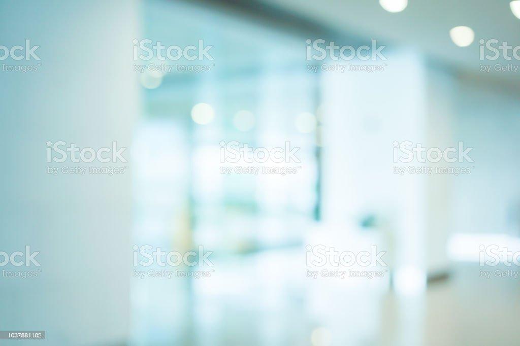 interior de trabajo borrosa abstracto con el fondo reflexivo de la ventana de cristal moderna; Loft estilo contemporáneo diseño de sala de estar o vestíbulo para la presentación y diseño de banners y anuncios - foto de stock