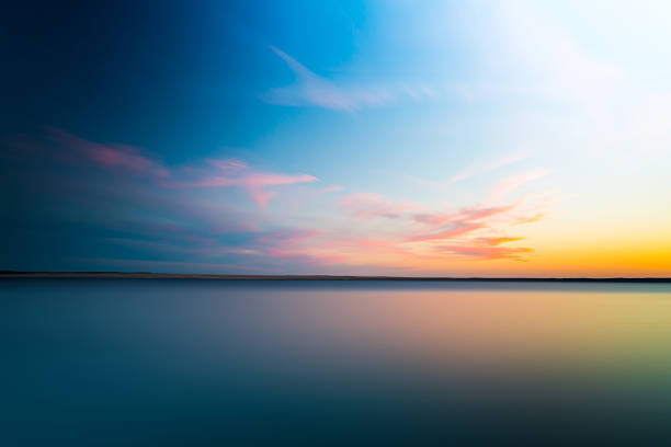 abstract blurry dramatic sunset in long exposure for background - 水平線 個照片及圖片檔