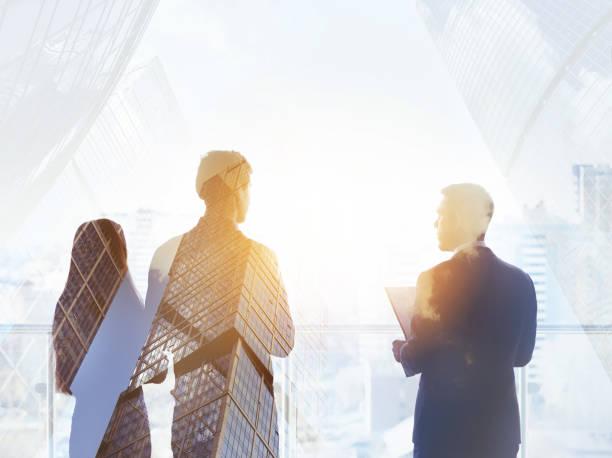 abstrait business concept trois silhouettes hommes d'affaires - droit des affaires photos et images de collection