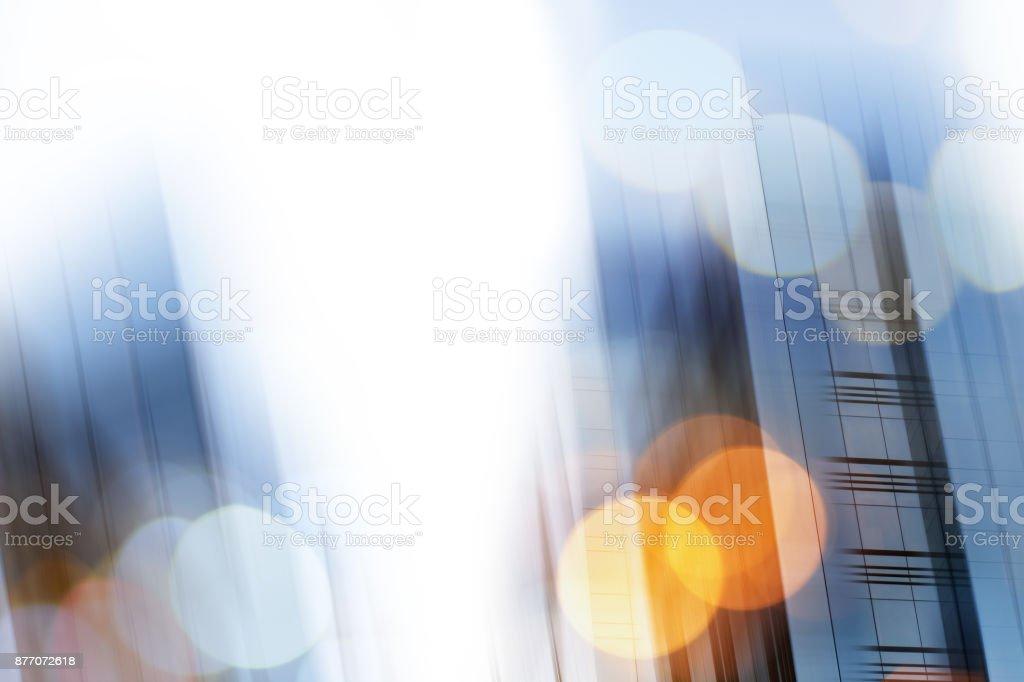 Abstracta fondo de negocios ciudad moderna arquitectura urbana futurista. Concepto inmobiliario, desenfoque de movimiento, reflejo en el vidrio de la fachada de rascacielos de gran altura, entonada azul cuadro con bokeh - foto de stock
