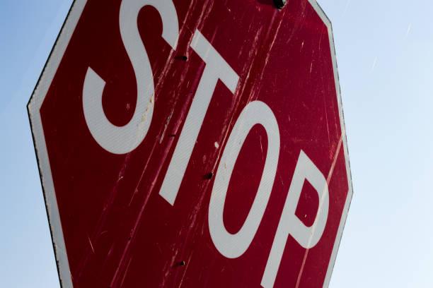 resumen de cerca de un viejo cartel de parada sucio - stop sign fotografías e imágenes de stock