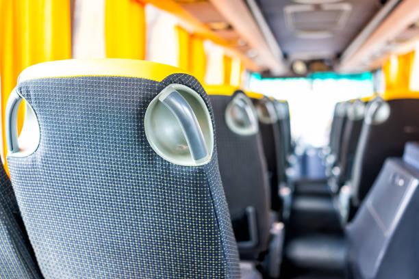 abstrakte nahaufnahme zurück von leeren sitzen in modernen verkehrsmitteln bequemer bus auf reisen reise reisen mit niemandem und gelber farbe - tour bus stock-fotos und bilder