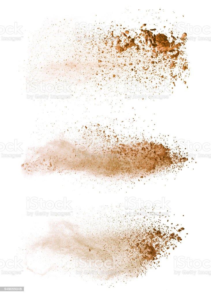 Explosión de polvo marrón coloreada Resumen aislado sobre fondo blanco. - foto de stock
