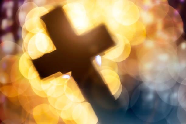 Abstraktes Kreuz im Kircheninneren – Foto