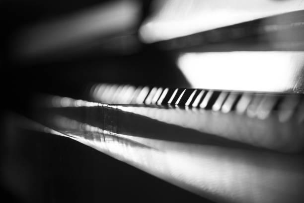 Abstrakter dunkler Musikhintergrund mit Klaviertastatur – Foto
