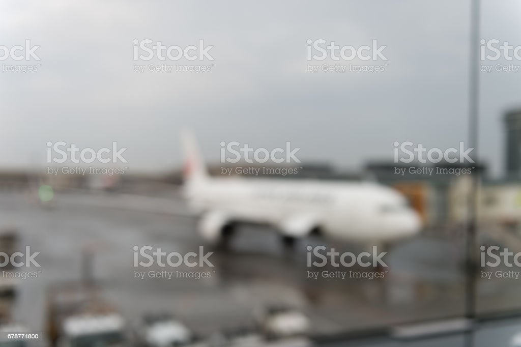 Yağmur sonrası çıkan güneş ile uçağın havaalanı kapısında ufuk bokeh soyut. royalty-free stock photo