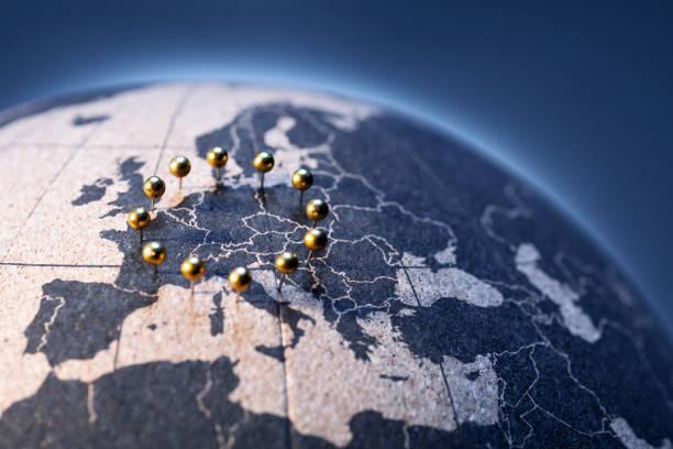 Abstract European Union Flag-Goldene Stifte auf Korkbrettglobe – Foto