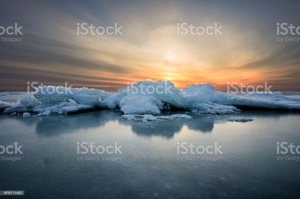 抽象冰凍的冬季日出海景冰與色的天空。 免版稅 stock photo