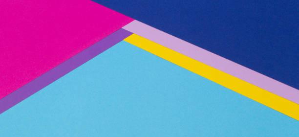 fond géométrique abstrait de bannière de papier avec le bleu clair à la mode, le jaune, le rose, le fond de texture de papier de couleur pourpre - fond multicolore photos et images de collection