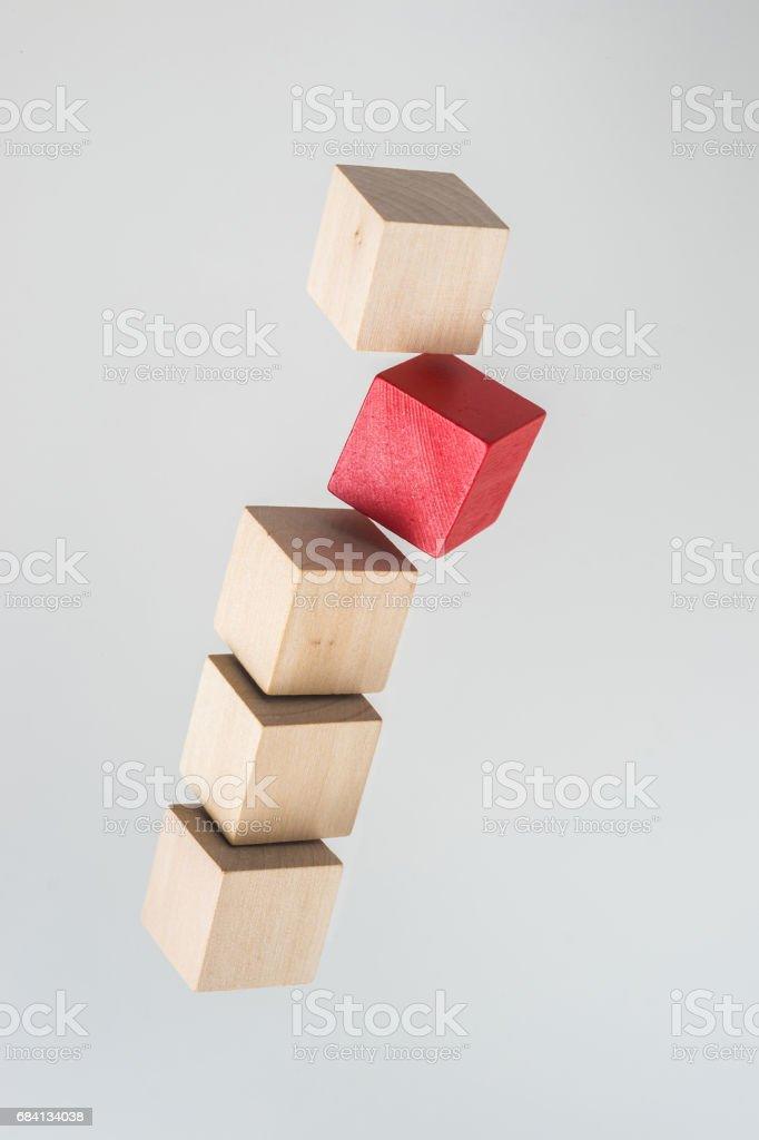 Abstracte geometrische echte zwevende houten kubus op grijze achtergrond royalty free stockfoto