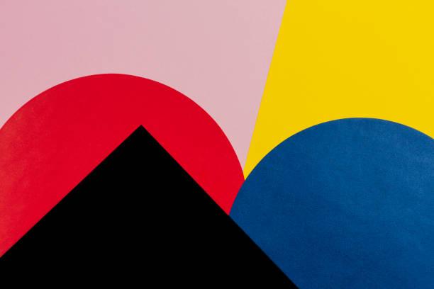 forme géométrique abstraite yelllow, bleu, rouge, rose pastel et fond de papier de couleur noire - art moderne photos et images de collection