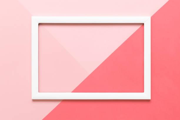 Abstrakte geometrische lebende Korallen und Pastell rosa Papier flach legen Hintergrund. Minimalismus, Geometrie und Symmetrie Vorlage mit leeren Grafikrahmen mock-up. – Foto