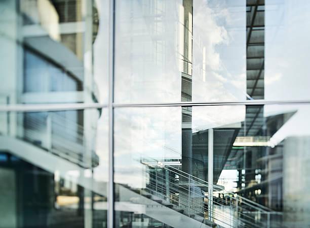 abstrakte glas-fassade des modernen bürogebäude - fensterfront stock-fotos und bilder