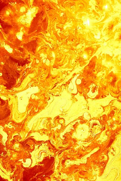 Abstrakte goldene orange Hintergrund. Blitze in der Sonne, flüssiges Feuer. Fließende Lavafarben malen – Foto