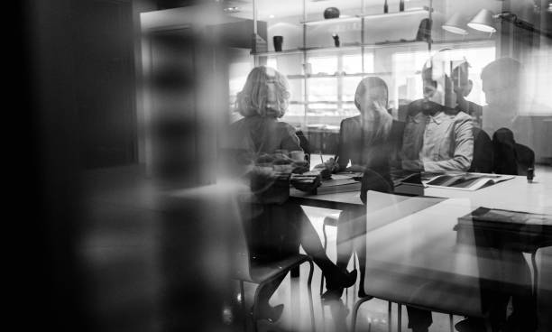 Abstrakte Gruppe von Geschäftsleuten in der Sitzung – Foto