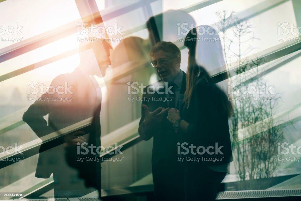 Resumen grupo de gente de negocios en la oficina - foto de stock