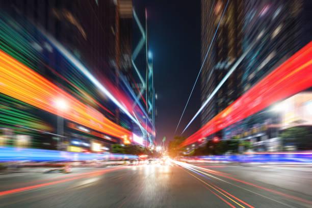 Abstraktes Bild von Unschärfe Bewegung der Autos auf der Stadtstraße in der Nacht – Foto