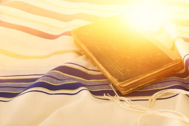 abstract image of prayer shawl - tallit, jewish religious symbol - judaizm zdjęcia i obrazy z banku zdjęć