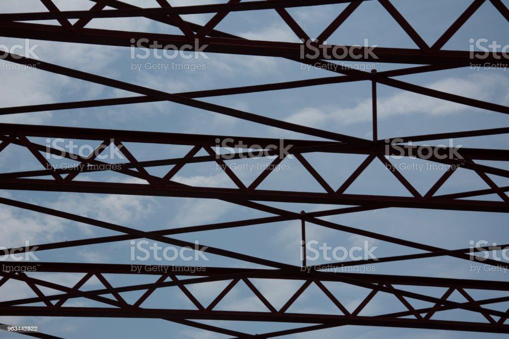 Abstrakcyjna praca żelaza z błękitnym niebem - Zbiór zdjęć royalty-free (Abstrakcja)