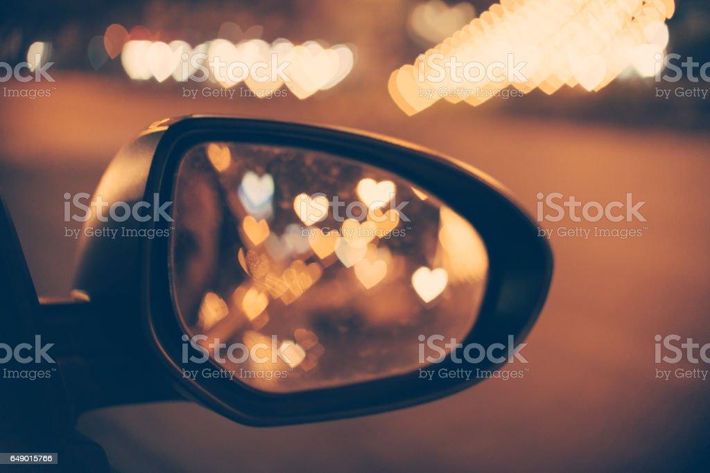 Résumé: Love Concept, fond coeur Bokeh dans le filtre vintage de rétroviseur de voiture. - Photo