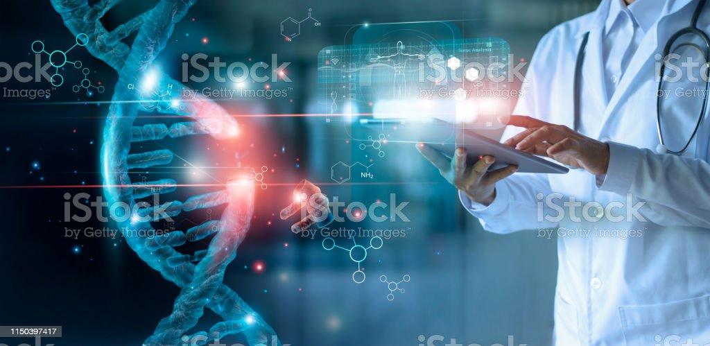 Abstrakt lysande DNA-molekyl. Läkare som använder tablett och kontrol lera med analys kromosom DNA genetiska mänskliga på virtuellt gränssnitt. Medicin. Medicinsk vetenskap och bio teknik. - Royaltyfri Abstrakt Bildbanksbilder