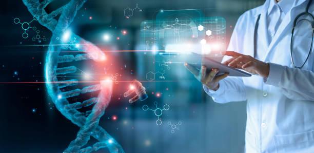 molécula de adn luminosa abstracta. doctor usando la tableta y verifique con análisis genético de adn cromosómico de humano en interfaz virtual. medicina. ciencias médicas y biotecnología. - adn fotografías e imágenes de stock