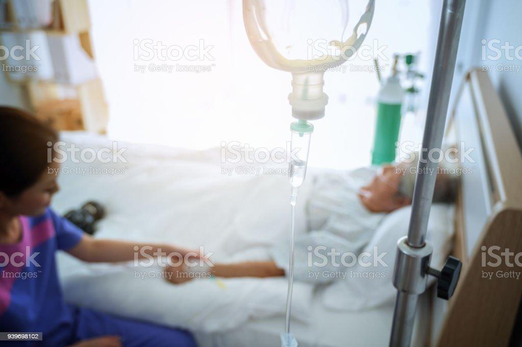 Abstrakte medizinische Tropf im Krankenzimmer von Patienten im Bett Unschärfe Hintergrund, Intensive Therapie-Konzept – Foto