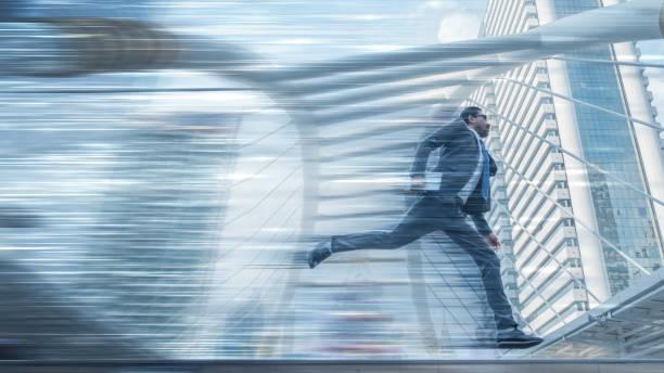movimiento borrosa de empresario con tableta en runing de la mano con rutas de movimiento de velocidad y fondo de los rascacielos en la ciudad en conpept de funcionamiento de negocio de alta velocidad - saltar actividad física fotografías e imágenes de stock