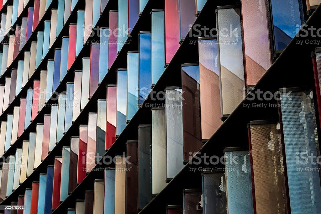 Multi color abstracto arquitectura moderna en la ciudad de Londres foto de stock libre de derechos