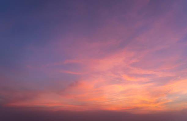 абстрактный фон природы. драматическое голубое небо с оранжевыми красочными облаками заката в сумерках. - sunset стоковые фото и изображения