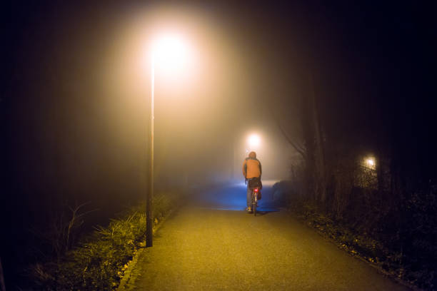 Abstract night foggy walk in city park with streetlights – Foto