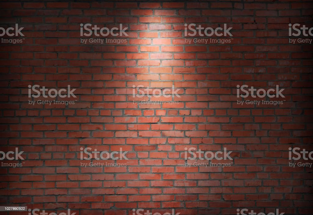 abstrait ancien mur de briques dans l'obscurité avec spotlight chaleureux tons clairs. - Photo