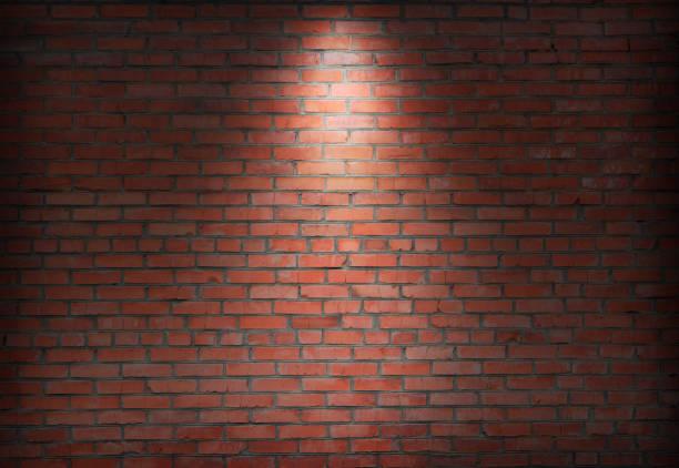 스포트 라이트 따뜻한 밝은 톤과 어두운에서 추상 오래 된 벽돌 벽. - 벽돌 담 뉴스 사진 이미지